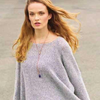 Вязание для женщин Светло-серый пуловер - пончо и лиловая юбка спицами