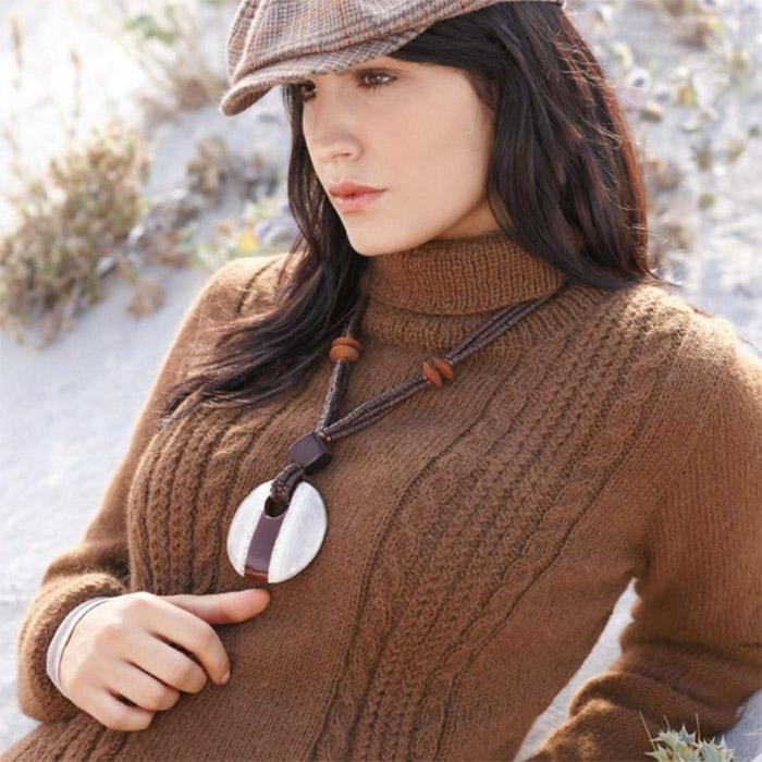 Коричневый свитер спицами из альпаки