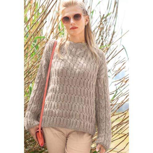 Вязание для женщин. Пуловер спицами с узорами из «кос»