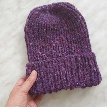 Простая шапка резинкой 1 на 1 из толстой пряжи