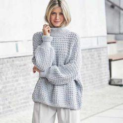 Вязание для женщин. Пуловер спицами оверсайз голубого цвета