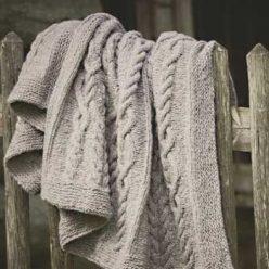 Вязание для дома. Плед спицами с ромбами из «кос»
