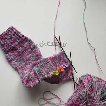 Носки спицами с пяткой бумеранг и клином подъема, описание + видео как связать