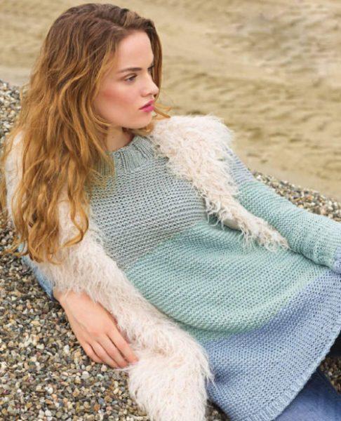 Разноцветный пуловер спицами платочной гладью