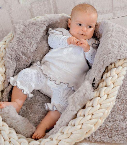 Вязание для малышей БЕЛОЕ ПЛАТЬЕ И ШТАНИШКИ СПИЦАМИ С СЕРОЙ КАЙМОЙ