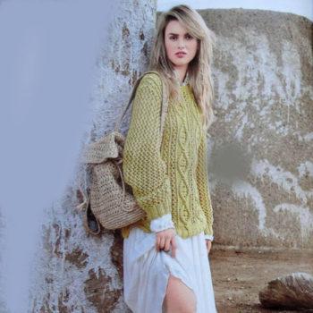 Вязание для женщин. Желтый пуловер спицами c ажуром и косами