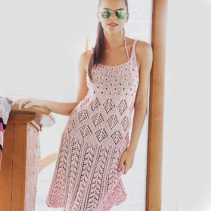 Розовое летнее платье с ажурным узором спицами