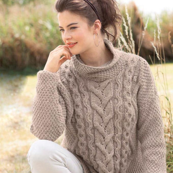 Вязание для женщин. Бежевый пуловер спицами