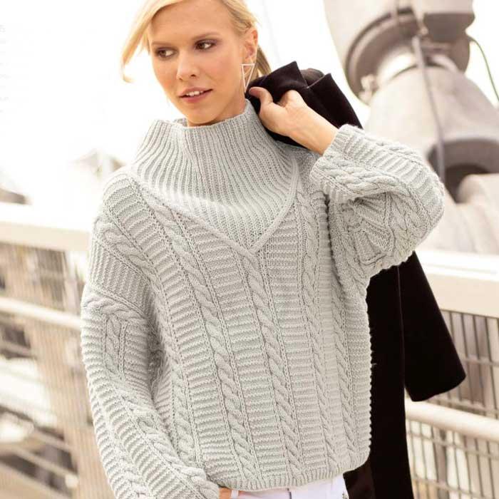 Вязание для женщин. Светло-серый пуловер спицами с «косами» и резинкой