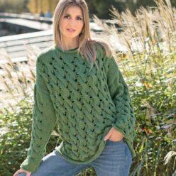 Вязание для женщин. Зеленый пуловер с узором из «кос»